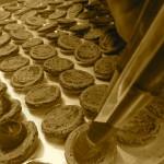 Etape cruciale du garnissage : ni trop, ni trop peu de ganache pour un macaron goûteux et bien moelleux.